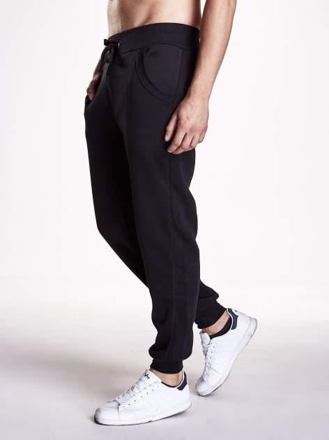 Czarne gładkie spodnie męskie z ociepleniem i kieszeniami                                  zdj.                                  2