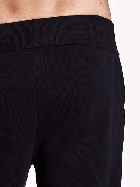 Czarne gładkie spodnie męskie z ociepleniem i kieszeniami                                  zdj.                                  6