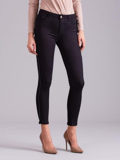 Czarne jeansowe rurki z aplikacją                              zdj.                              1