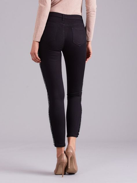 Czarne jeansowe rurki z aplikacją                              zdj.                              2