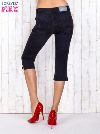 Czarne jeansowe spodnie rybaczki z przetarciami                                  zdj.                                  2