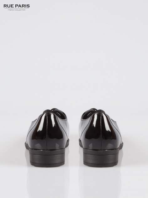 Czarne lakierowane półbuty damskie Chatlie z przyszwą z motywem skóry krokodyla                                  zdj.                                  3