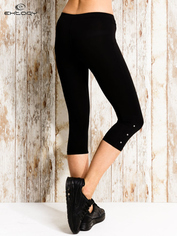 Czarne legginsy sportowe 3/4 z guziczkami                                  zdj.                                  3