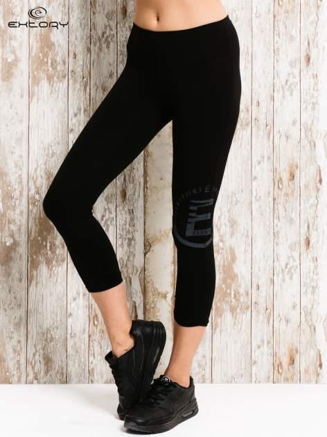 Czarne legginsy sportowe 3/4 z logo                                  zdj.                                  1