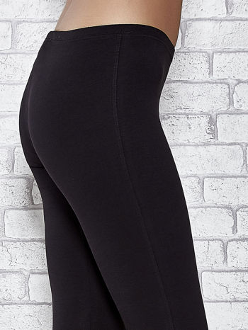 Czarne legginsy sportowe z dżetami i marszczoną nogawką za kolano                                  zdj.                                  4
