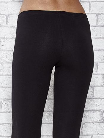 Czarne legginsy sportowe z dżetami i marszczoną nogawką za kolano                                  zdj.                                  6