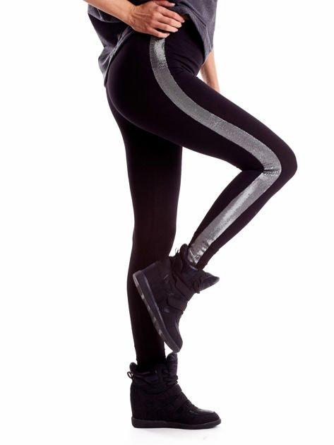 Czarne legginsy z błyszczącymi lampasami                              zdj.                              1