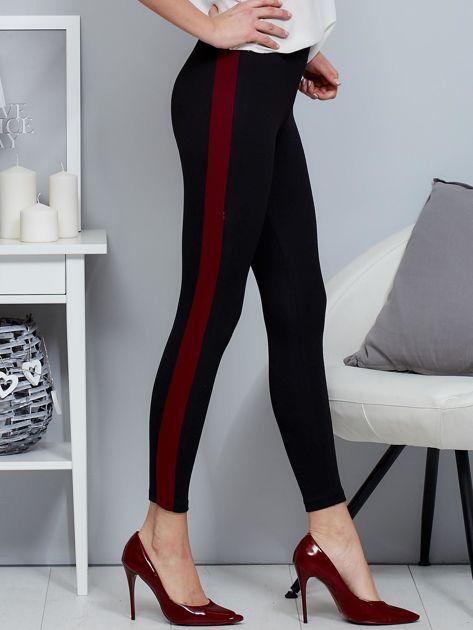 Czarne legginsy z bordowym lampasem                              zdj.                              1