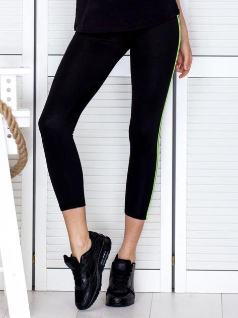 Czarne legginsy z kolorową taśmą z boku                              zdj.                              3