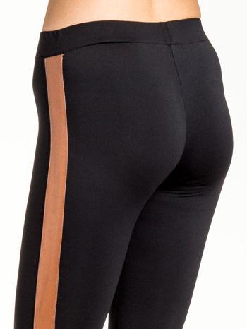 Czarne legginsy ze skórzanym lampasem                                  zdj.                                  7