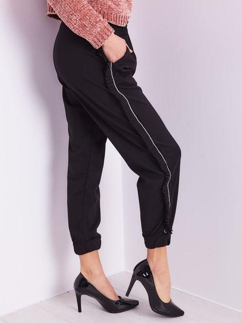 Czarne luźne spodnie z falbankami                              zdj.                              8