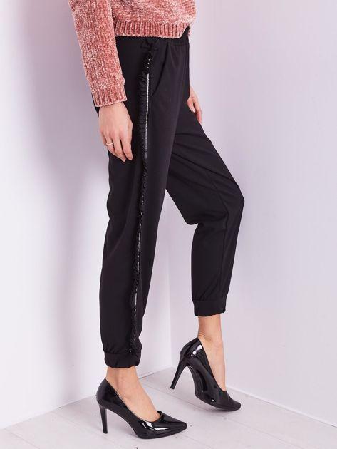 Czarne luźne spodnie z falbankami                              zdj.                              9