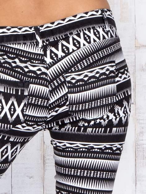 Czarne materiałowe spodnie rurki w aztecki wzór                                  zdj.                                  5