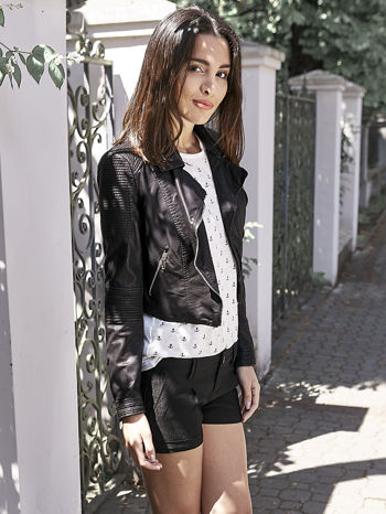 Czarne materiałowe szorty z podwijaną nogawką                                  zdj.                                  9
