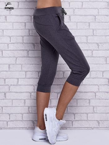 Czarne melanżowe spodnie capri z bocznymi kieszeniami                                  zdj.                                  3