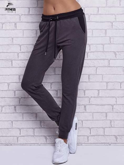 Czarne melanżowe spodnie dresowe z wiązaniem w pasie                                  zdj.                                  1