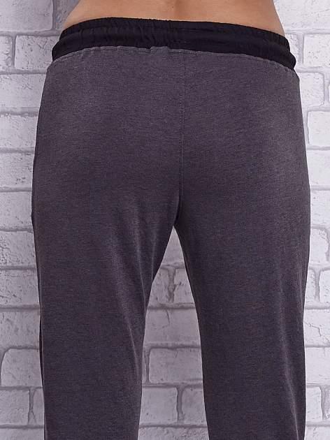 Czarne melanżowe spodnie dresowe z wiązaniem w pasie                                  zdj.                                  6