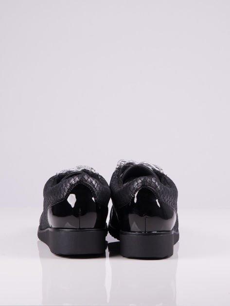 Czarne nubukowe  półbuty Larena ze srebrnymi sznurówkami i lakierowanymi wstawkami                              zdj.                              3