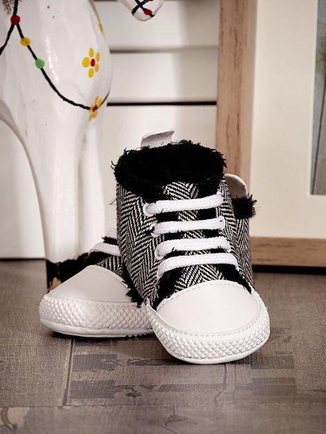 Czarne ocieplane buciki dziecięce w wzór jodełki                              zdj.                              4