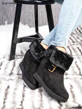 Czarne ocieplane śniegowce na koturnie z futrzanym kołnierzem                                  zdj.                                  4