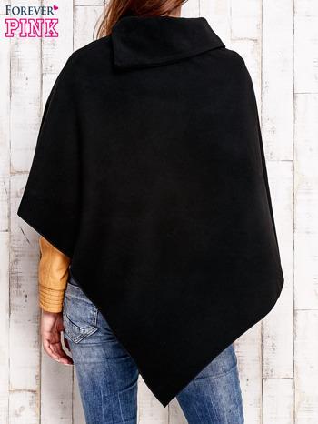 Czarne poncho z biżuteryjną przypinką                                  zdj.                                  4