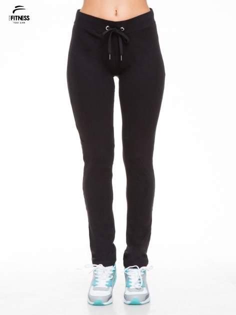 Czarne proste spodnie dresowe wiązane w pasie