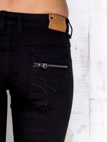 Czarne przecierane spodnie jeansowe z suwakami                                  zdj.                                  4