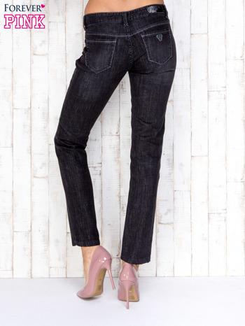 Czarne przecierane spodnie jeansowe ze srebrną nitką                                  zdj.                                  2