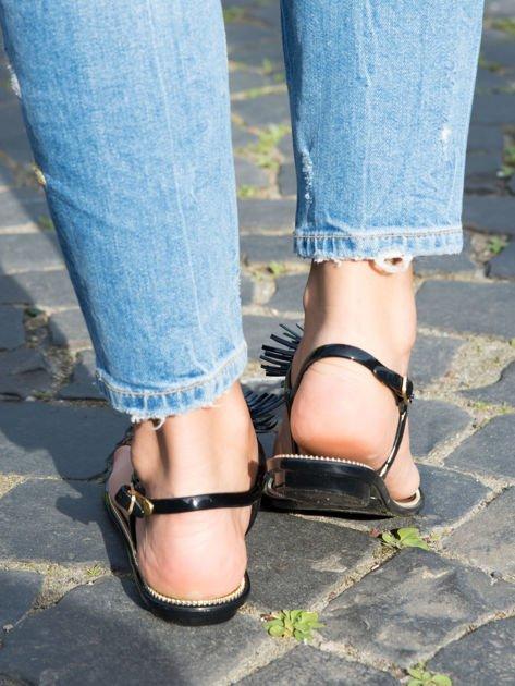 Czarne sandały z ozdobnymi chwostami na przodzie buta                              zdj.                              3