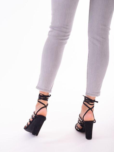 Czarne sandały z ozdobnymi nitami i paskami z wiązaniem wokół kostki                               zdj.                              5