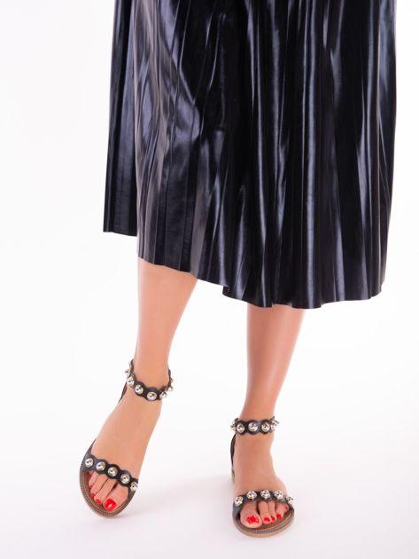 Czarne sandały z zapięciem na suwak z tyłu cholewki                              zdj.                              2