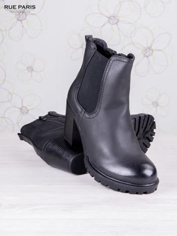 Czarne skórzane botki faux leather na słupku zapinane na suwak                                  zdj.                                  3