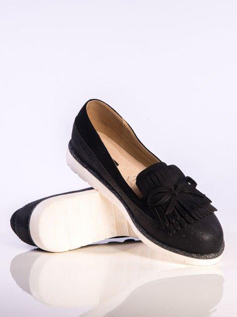 Czarne skórzane lordsy z zamszową wstawką z przodu buta i ozdobną kokardką, na białej podeszwie                              zdj.                              4