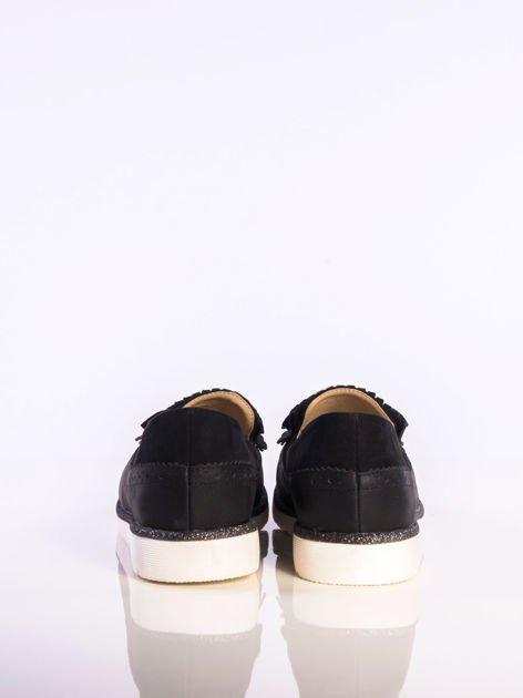 Czarne skórzane lordsy z zamszową wstawką z przodu buta i ozdobną kokardką, na białej podeszwie                              zdj.                              3