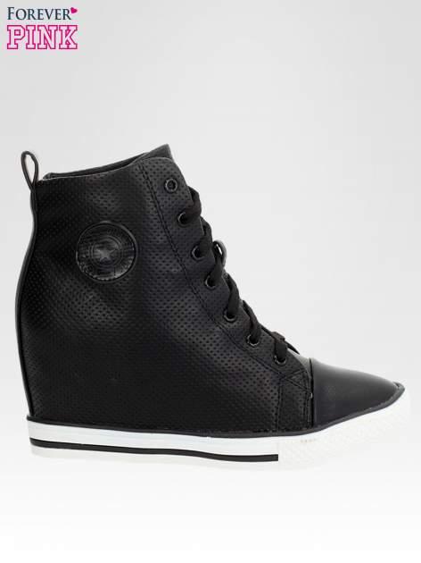 Czarne skórzane trapmki na koturnie sneakersy z dziurkowanej cholewki