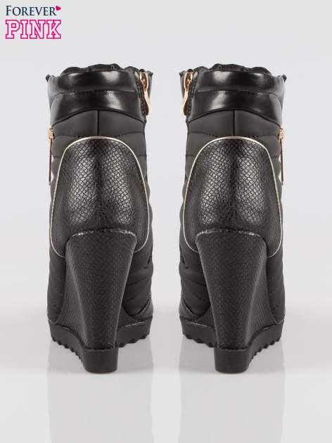 Czarne sneakersy z motywem skóry jaszczurki i złotymi detalami                                  zdj.                                  3