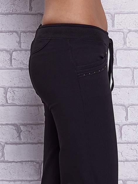 Czarne spodnie capri z dżetami przy kieszeniach                                  zdj.                                  5