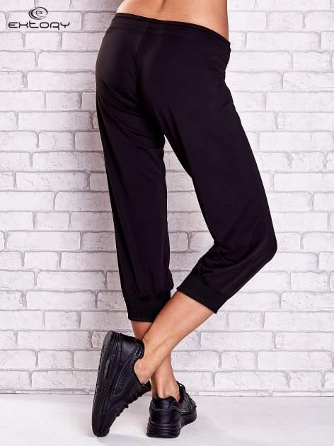 Czarne spodnie capri z haftowanymi wstawkami PLUS SIZE                                  zdj.                                  2