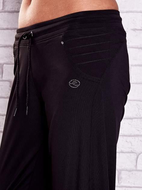 Czarne spodnie capri z haftowanymi wstawkami PLUS SIZE                                  zdj.                                  5