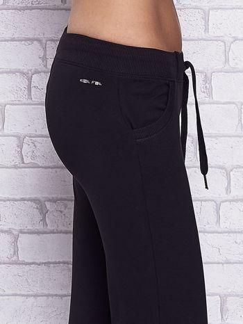 Czarne spodnie capri z kieszeniami i gumką w pasie                                  zdj.                                  5