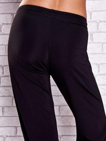 Czarne spodnie capri z kieszonką na suwak z boku                                  zdj.                                  6