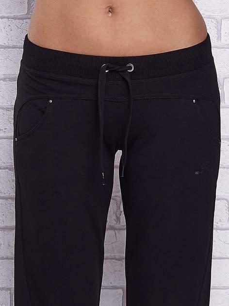 Czarne spodnie capri z troczkami w pasie                                  zdj.                                  4