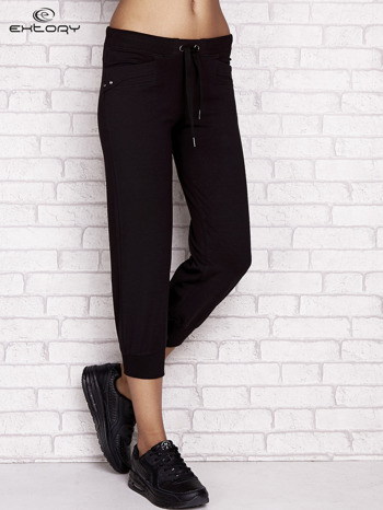 Czarne spodnie dresowe capri z aplikacją na kieszeniach                                  zdj.                                  1
