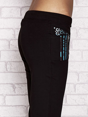 Czarne spodnie dresowe capri z dziewczęcymi nadrukami                                  zdj.                                  5