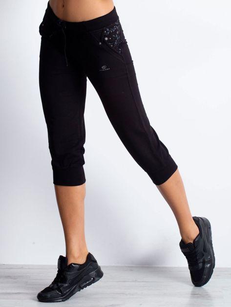 Czarne spodnie dresowe capri z kwiatowymi kieszeniami                                  zdj.                                  1