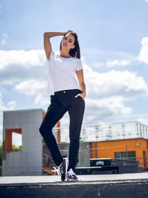 Czarne spodnie dresowe damskie z podwijaną nogawką                                  zdj.                                  8