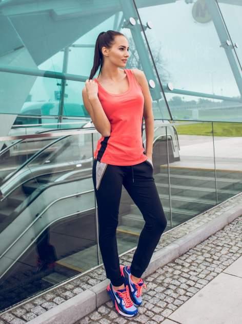 Czarne spodnie dresowe damskie z suwakiem i kontrastowymi wstawkami po bokach                                  zdj.                                  6