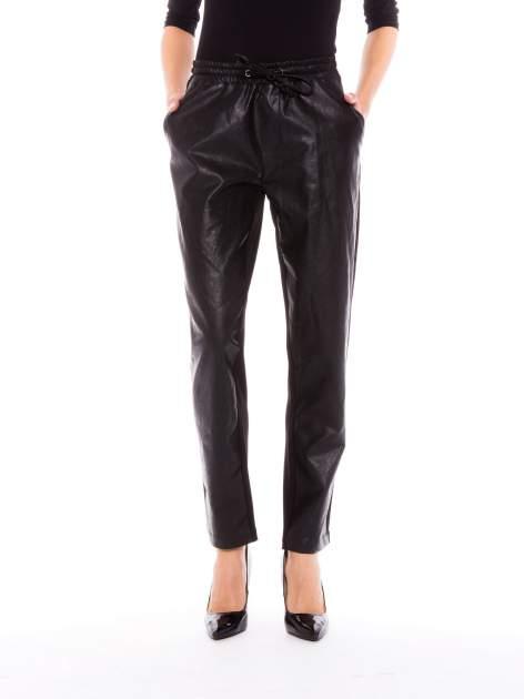 Czarne spodnie dresowe damskie ze skórzanym przodem
