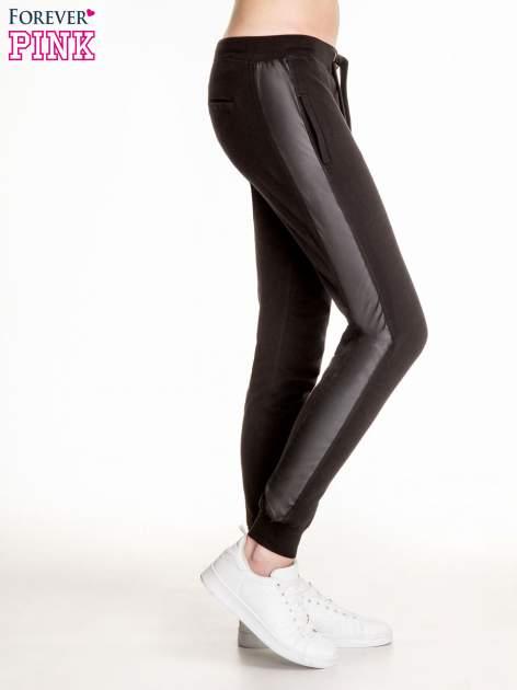 Czarne spodnie dresowe damskie ze skórzanymi lampasami                                  zdj.                                  3