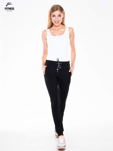 Czarne spodnie dresowe typu baggy z guzikami                                  zdj.                                  2